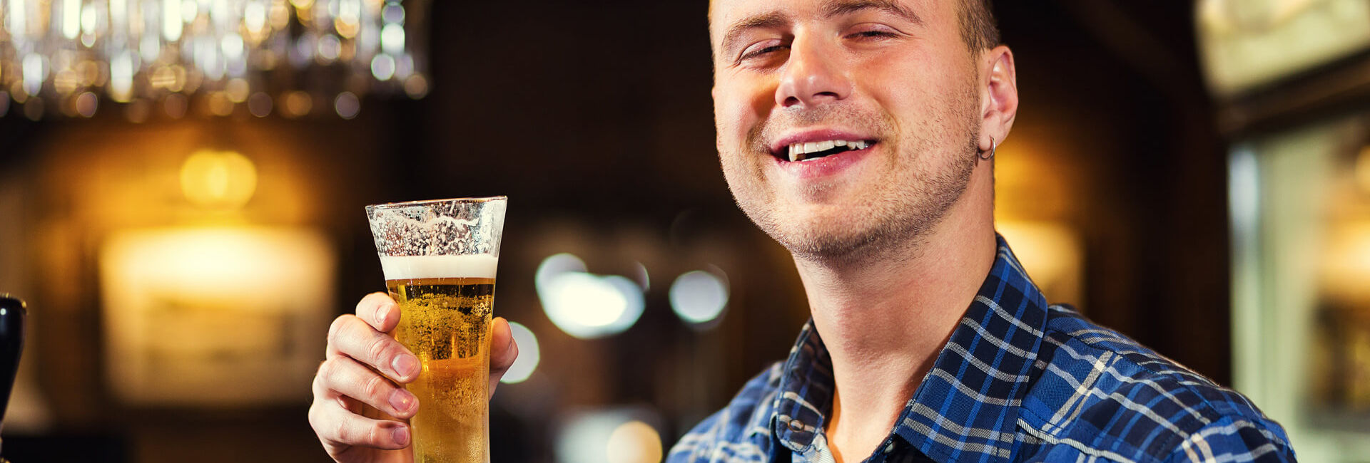 Man enjoys his self tapped beer - pub games - Gasterij 't Karrewiel
