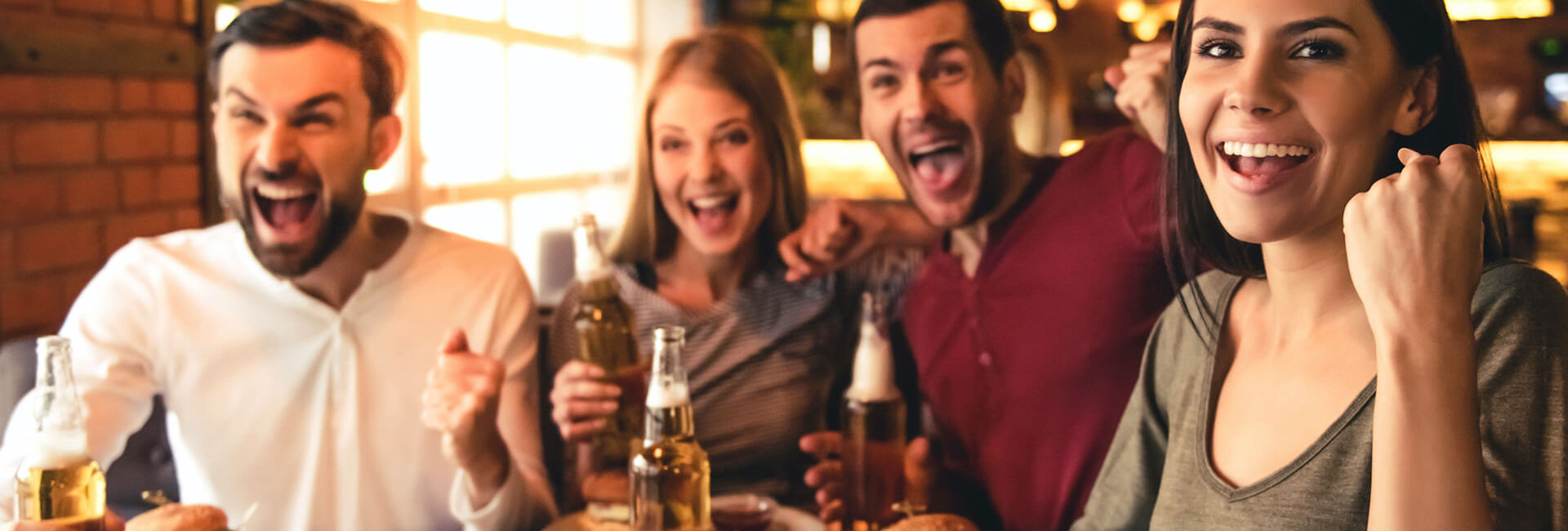 Two couples drinking beer and cheering - Pub Quiz Trivia - Gasterij 't Karrewiel